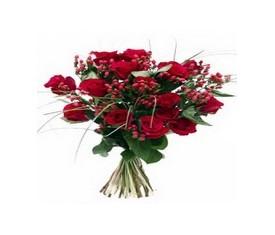 Букет из 19 роз, 10 гиперикума