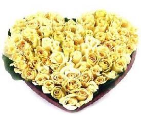 Сердце из желтых, золотых роз