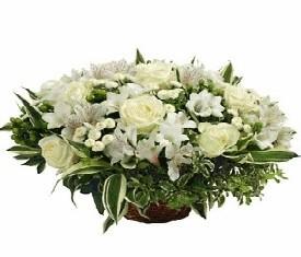 Корзина из белых роз, альстромерии и танацетума