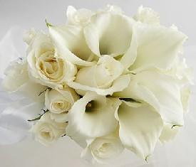 Букет из 5 белых калл и 9 роз