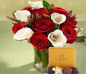 Букет из 10 красных роз, 5 белых калл, конфет