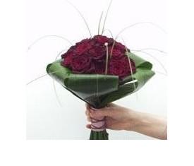 Букет из 15 Роз Блэк Баккара и аспидистры