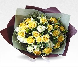 Букет из 39 белых и желтых кустовых роз