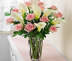 Букет из 5 калл и 10 розовых роз