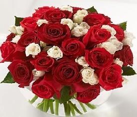 Букет из 19 алых роз и кремовой кустовой розы