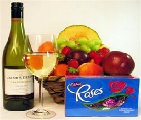корзина подарочная с фруктами конфетами и шампанским