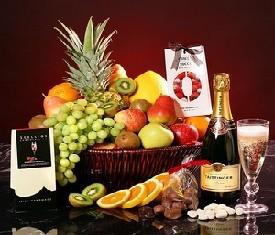 корзина подарочная с фруктами шоколадом и шампанским