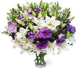 букет 19 розовых лизиантусов и белые лилии
