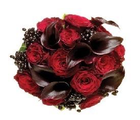 Букет из 9 черных Калл, 10 красных роз