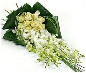 9 белых орхидей 10 роз и зелень