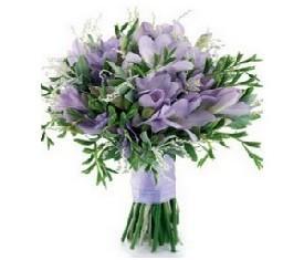 свадебный букет из 49 фиолетово синих фрезий