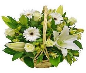 Корзина из цветов лилий розы и герберы
