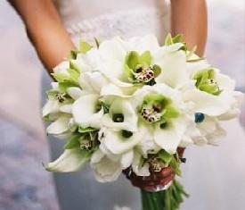 Свадебный букет из 19 белых калл и 10 зеленых орхидей