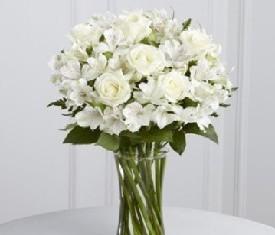 Букет из 10 белой розы и 9 белых альстромерий