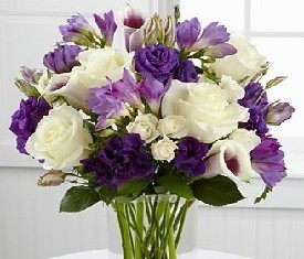 Букет из 10 роз и 9 лизиантусов