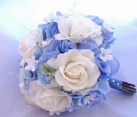 свадебный букет из синей гидрангии и белых роз