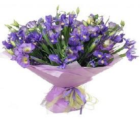букет из цветов ирисов и лизиантусов