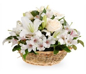 корзина из цветов белой лилии и альстромерии