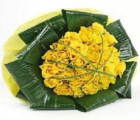 букет из 29 желтых роз и зелени