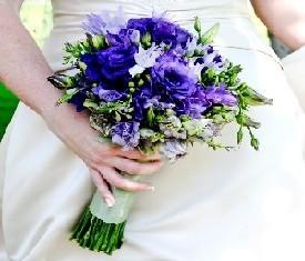свадебный букет из фиолетовых лизиантусов