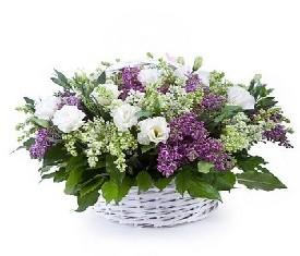 корзина из 19 цветов сирени и лизиантусов