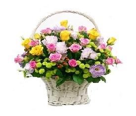 Корзина из роз и лизиантусов