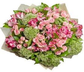 букет из кустовых роз и цветов альстромерии