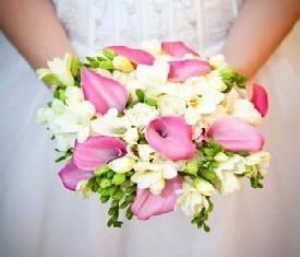 букет невесты розовые каллы и цветы фрезии