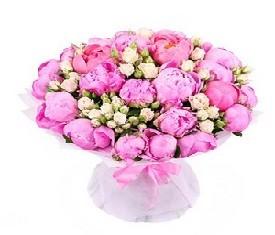 букет из 19 розовых пионов и цветов кустовой розы