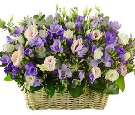 корзина цветов из фрезий и лизиантусов