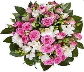 букет из кустовых розовых роз и белых фрезий