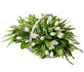 корзина цветов из 25 ландышей и белых тюльпанов