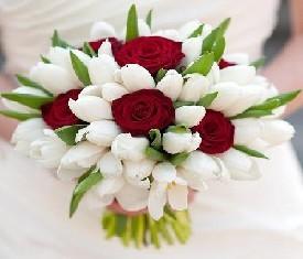 Свадебный букет из белых тюльпанов и красных роз