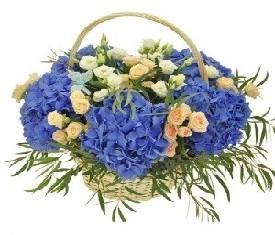 корзина цветов из гидрангии и кустовых роз