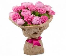 букет из 9 розовых пионов и 10 роз