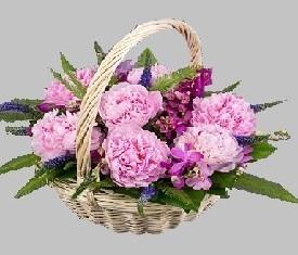корзина из 9 цветов пионов и зелени