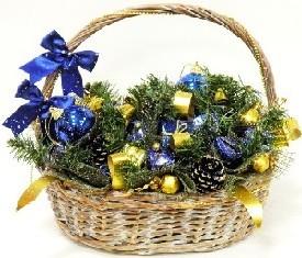 новогодняя корзина из елки, игрушек и конфет