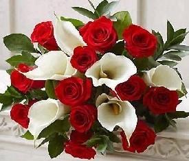 букет из 5 белых калл и 10 красных роз купить цветы в Москве