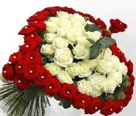 Букет из белой и красной розы
