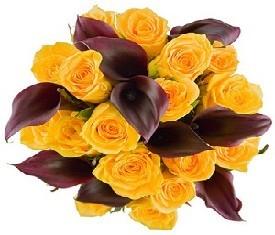 букет из 10 черных калл и 19 желтых роз