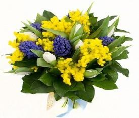 Букет из цветов гиацинтов, тюльпанов и мимозы