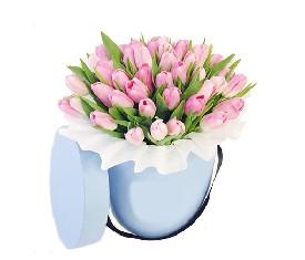 45 розовых тюльпанов в шляпной коробке