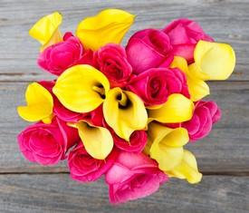 Букет из 9 желтых калл и розовых роз