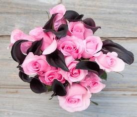 букет из 9 черных калл и розовых роз