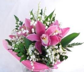 букет из 25 ландышей и розовых орхидеи цимбидиум
