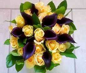 букет из 9 черных калл и 20 роз кремовых