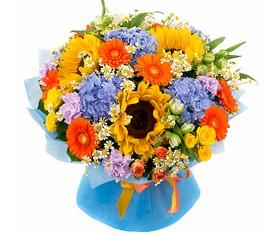 букет из цветов подсолнухов, герберы и синей гортензии