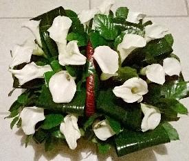 19 белых калл и зелень в корзине