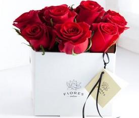 красные розы в коробочке