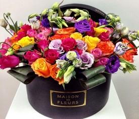 лизиантусы и розы в шляпной коробке